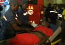 Des secouristes portent assistance à un blessé après la bousculade meurtrière qui s'est produite à Luanda, capitale de l'Angola, le 31/12/2012.