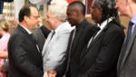François Hollande et Blaise Matuidi lors d'un déplacement officiel du président au Bénin, le 2 juillet 2015.