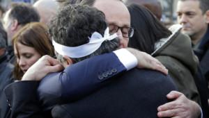 François Hollande sert dans ses bras Patrick Pelloux, urgentiste et collaborateur de la revue Charlie Hebdo, lors de la marche républicaine