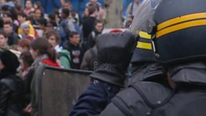TF1/LCI : CRS face aux lycéens manifestant contre le CPE à l'entrée d'un lycée
