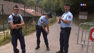 Des gendarmes bloquent l'accès au lieu où s'est produite la tuerie de Chevaline (le 11 septembre 2012)