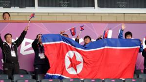 Des supporters nord-coréens encouragent leur équipe olympique avant un match de football féminin le 25 juillet 2012.