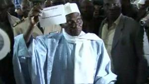 TF1/LCI - Le président sortant Abdoulaye Wade vote à l'élection présidentielle sénégalaise, le 25 février 2007