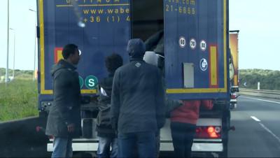 Le 13 heures du 23 octobre 2014 : Rixes �alais : Quand les migrants prennent d'assaut des v�cules - 321.7602289428711