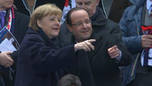 Angela Merkel et François Hollande dans les gradins du Stade de France le 6 février 2013 pour l'amicale France-Allemagne