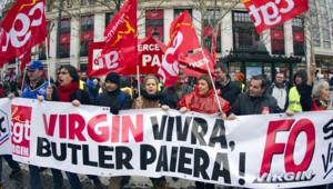 Des salariés de Virgin manifestent devant le Virgin Megastore sur les Champs-Elysées, à Paris, le 29 janvier 2013.