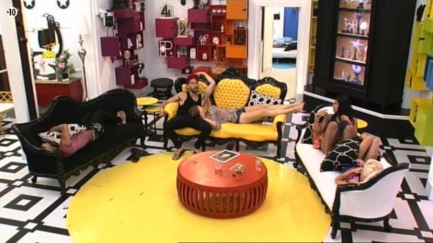 Steph interroge Julie sur son secret. Il est persuadé que la déco de la maison cache des indices dessus.