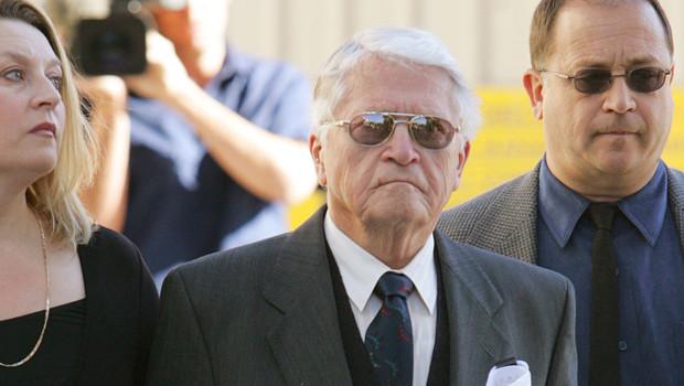 Karoly Zentai, soupçonné de crime de guerre (Charles Zentai, de son nouveau nom) avec ses enfants lors de la procédure judiciaire sur son extradition (19 juillet 2005)