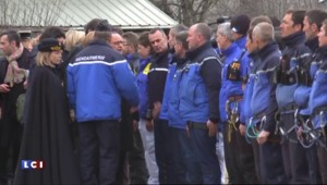 Crash dans les Alpes : les photos de Hollande, Merkel et Rajoy survolant le lieu de l'accident