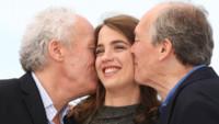 """Les Frères Dardenne et Adèle Haenel lors du photocall de """"La Fille inconnue"""" à Cannes, le 18 mai 2016."""