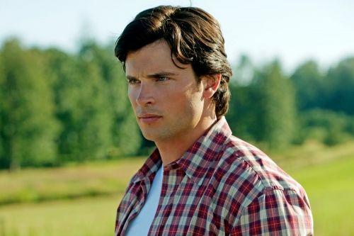 Smallville - Saison 10 - Episode 1 (Lazarus). Série créée par Alfred Gough et Miles Millar avec Tom Welling, Erica Durance, Justin Hartley.