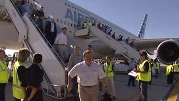 """TF1/LCI : Les premiers """"passagers volontaires"""" de l'A380 descendant d'avion à leur retour à Toulouse-Blagnac"""