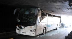"""Un car """"décapité"""" par un tunnel près de Lille le 26 juillet 2015"""