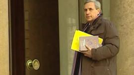 Jean-Marie Colombani, chargé par Nicolas Sarkozy d'une mission sur l'adoption, remettant son rapport (19 mars 2008)