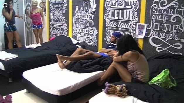 La conversation des deux candidats est interrompue par Julie et Jessica qui demandent à parler à Nathalie.