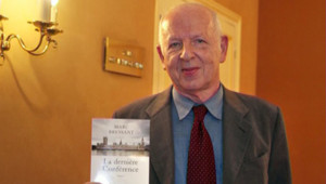 """Marc Bressant avec un exemplaire de son roman """"La dernière conférence"""""""