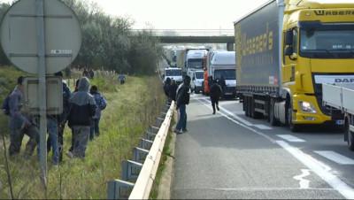 Le 13 heures du 23 octobre 2014 : Rixes �alais : des centaines de migrants prennent d'assaut des camions, les images - 164.369