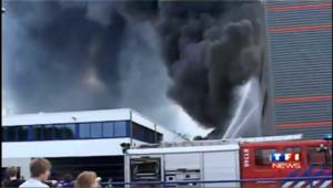 Incendie dans une usine de plastique, les images