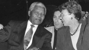 Nelson Mandela et Jacqueline Derens, en 1993, à Villejuif