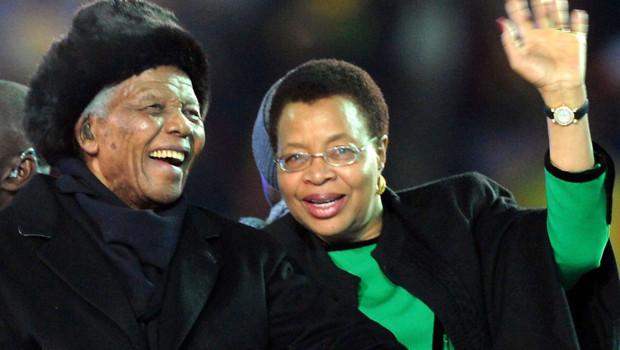 Nelson Mandela et son épouse à la cérémonie de clôture de la Coupe du monde de football (juillet 2010)