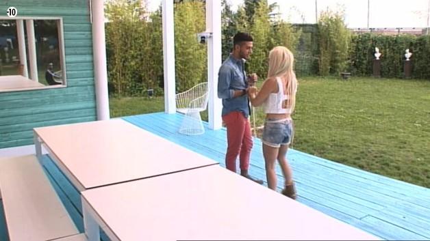 Julie montre sa trouvaille à Sacha, qui est vert de jalousie. Si Julie est chanceuse dans le SAS, cela le pénalise lui.