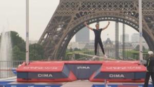 Renaud Lavillenie à sauté à la perche me 28 juin devant la Tour Eiffel.