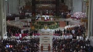 Rome : le pape François préside la veillée pascale
