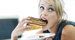 Femme qui mange une part de gateau