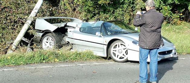 Une Ferrari F50 lourdement accidentée près de Brackley, non loin du circuit de Silverstone (Grande-Bretagne).