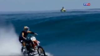 Tahiti : le motard qui roule sur l'eau