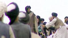 Image extraite d'un reportage tourné clandestinement en 1996 par la BBC, où apparaît le mollah Omar (debout, au centre)