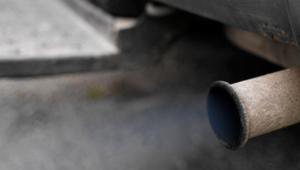 Pot d'échappement d'une vieille voiture qui entraîne la pollution de l'air.