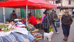 Le 13 heures du 12 janvier 2015 : Sur les marchés de France, Charlie est sur toutes les bouches - 2820.295
