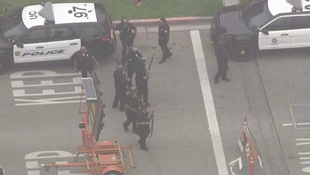 Policiers à l'extérieur de l'université UCLA