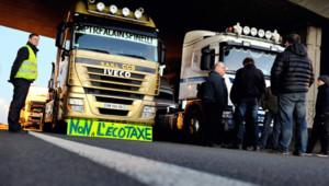 Des routiers manifestent sur l'A25 dans le Nord contre l'ecotaxe, le 2 décembre 2013.