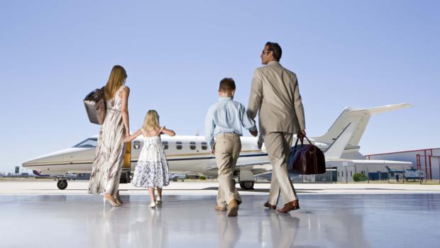 Une famille prend un jet privé