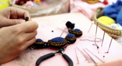 Personne qui fabrique un collier