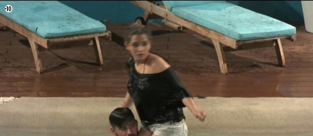 Clara se jette dans la piscine pour s'amuser avec Vincent.