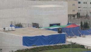 Exhumation du corps d'Arafat : les bâches protégeant la scène (27 novembre 2012)