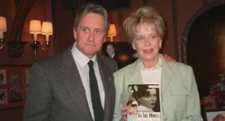 Michael Douglas et sa mère Diana Douglas Webster en 1999