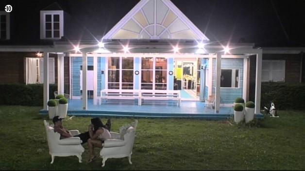 Sauf Nathalie et Vivian qui s'isolent une nouvelle fois dans le jardin pour peaufiner leur stratégie.