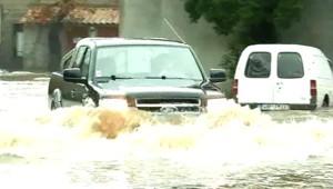 En Corse, des inondations viennent s'ajouter aux vents violents. A la suite de la crue des cours d'eau, la région de Porto-Vecchio était à certains endroits les pieds dans l'eau mercredi.