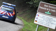 Une voiture de gendarmerie arrive sur le lieu de la tuerie, sur les hauteurs du lac d'Annecy, le 5 septembre 2012.