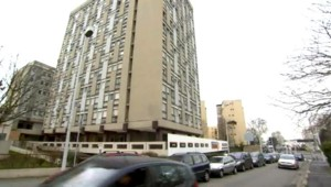 A Nanterre, dans les Hauts-de-Seine, les locataires d'une résidence ont réussi à mettre en fuite des dealers qui occupaient le hall de leur immeuble. Reportage.