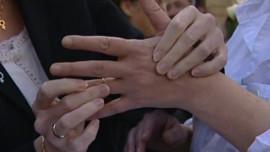 TF1-LCI : A Morlaix, une trentaine de personnes ont manifesté pour réclamer le droit au mariage homosexuel