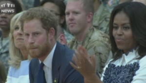 """Le Prince Harry a retrouvé Michelle Obama pour promouvoir les """"Invictus Games"""" aux États-Unis. À la manière des Jeux Paralympiques, cette compétition rassemble les soldats blessés au combat."""