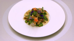 Suprme de poulet et sa peau croustillante, lgumes croquants et fruits secs, jus gras.
