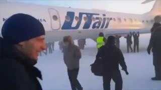 Leur avion gèle, ils descendent pour le pousser