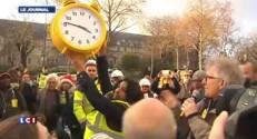 Des manifestants apportent un réveil à la ministre du Logement