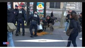 Place de la République, la police empêche le passage... de la marmite !
